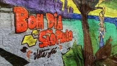 Grupo de grafiteiros transforma local com lixão em área de lazer e cultura na Zona Leste - O grupo de grafiteiros se uniu e deu cara nova para uma quadra de esportes no Itaim Paulista. O que era um lixão ganhou cores e desenhos. Esse foi um trabalho do Coletivo Cultural Cenário Urbano.