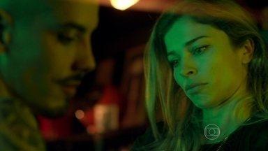 Sam alerta Larissa sobre Roy - A modelo se recusa a aceitar os conselhos do rapaz, que afirma ter levantado a ficha de Roy