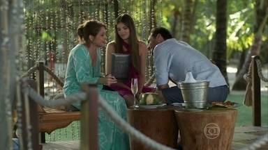 Alex presenteia Carolina e Angel - A jovem recusa o pesente do padrasto e deixa a mãe intrigada com sua reação