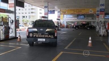 Operação Lava Jato começou em posto de gasolina de Brasília - Quase um ano e meio depois, entenda como investigações começaram. PF chegou à Petrobras porque ex-diretor ganhou um carro de doleiro.