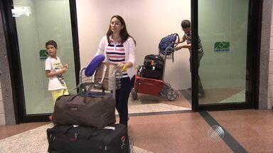 Cansaço e alívio marcam a chegada de baianos que aguardaram mais de 48h por voo em Miami - Um passageiro que aguardava o voo, com destino a Salvador, informou que a companhia American Airlines relatou problemas na aeronave. Enquanto esperavam, muitos passageiros dormiram no saguão do aeroporto.