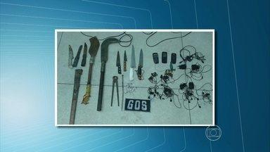 Revista em presídio do Curado encontra celulares, drogas e facões - Em Igarassu, outra revista também localizou celulares, drogas e facões.