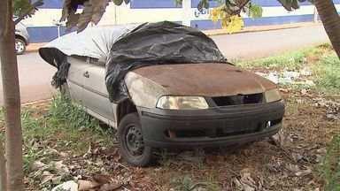 Carros abandonados lotam ruas, canteiros e até calçadas em Ribeirão Preto, SP - Lei municipal para retirar veículos deste tipo das vias não foi regulamentada na cidade.