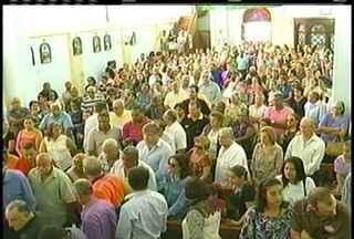 Enterro do prefeito de Quissmã, RJ, reúne moradores da cidade políticos locais - Prefeito morreu com 80 anos após luta contra um câncer.