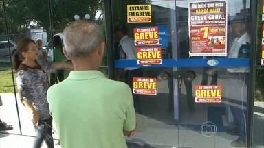 Greve dos funcionários do INSS já dura três semanas - A greve já paralisa mais de 70% das agências em todo o país. Segundo o INSS, mais de 4,7 mil servidores estão faltando ao trabalho.