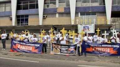 Policiais rodoviárias fazem manifestação pedindo mais prudência aos motoristas no Ceará - Cruzes simbolizaram as mortes nas estradas.