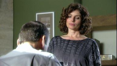 Sílvia pede que Raul a acompanhe ao aeroporto - Ela reclama que o marido não tem mais tempo para os dois. Sílvia fala de Yvone para Seu Cadore. O senhor reclama que está sendo ignorado pelos filhos nos assuntos da empresa