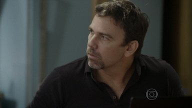 Lobão comemora irritação de Gael - Gael volta para academia estressado depois de ver Duca com Nat e acaba descontando em Karina