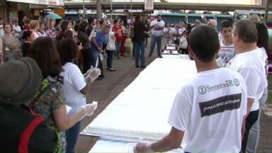No aniversário do governador, professores organizam protesto pela educação - Ato também lembrou as agressões sofridas pela categoria no dia 29 de abril, em Curitiba