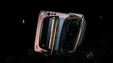 Corpo de vítima em acidente com micro-ônibus é enterrado em Três Fronteiras - Foi enterrado no fim da tarde, em Três Fronteiras , o corpo da mulher que morreu no acidente com o micro-ônibus da prefeitura da cidade.