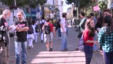 Professores de todo o Estado fazem manifestação para lembrar o dia 29 de abril - O confronto com a Polícia no Centro Cívico de Curitiba entrou para história do Paraná.