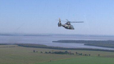 Militares sobrevoam a região de fronteira - Movimentação faz parte da Operação Ágata