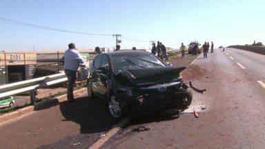 Ondulações em viaduto da PR-445 provocam acidente - O pneu do carro chegou a se soltar e atingir outro carro na marginal da rodovia.