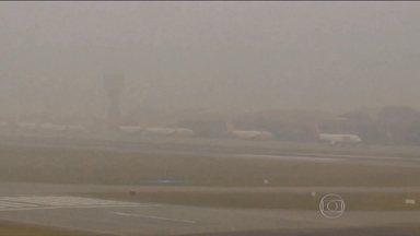 Nevoeiros causam cancelamentos de voos nos aeroportos de São Paulo e Curitiba - Nos últimos dias, várias regiões do país estão amanhecendo assim: com uma densa camada de nevoeiro. Nesta quarta-feira (29), duas pessoas morreram em São Paulo, em um acidente com três carros e três motos. Havia neblina no momento da batida.