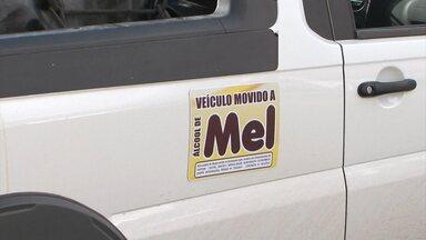 Saiba como funciona mecanismo de carro movido a álcool de mel - Carro está circulando pelas ruas de Vitória da Conquista.