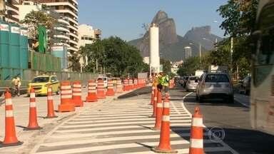 Obras do metrô provocam mudanças no trânsito da Lagoa Rodrigo de Freitas, na zona sul - O canteiro de obras da Linha 1 ocupa a altura do Parque Cantagalo. A pista sentido túnel está interditada. Neste trecho, a pista sentido Leblon passará a operar em mão dupla. Serão duas faixas em cada sentido.