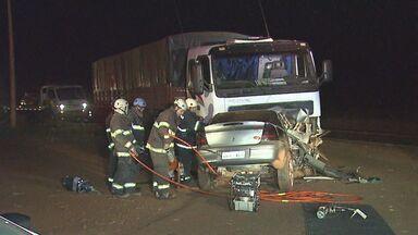 Duas pessoas morrem em colisão na Rodovia Cunha Bueno em Guatapará, SP, - Carro bateu de frente contra caminhão na noite de domingo (2).