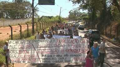Moradores pedem duplicação da Estrada das Palmeiras em Ribeirão Preto, SP - Com placas e cartazes, moradores cobraram melhorias na principal avenida do bairro Ribeirão Verde.