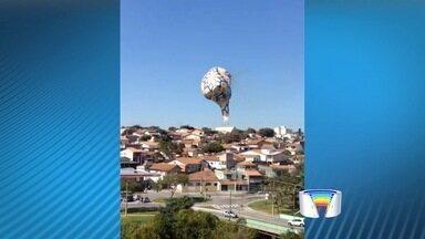 Balão cai em rede elétrica e pega fogo em São José dos Campos, SP - Objeto pegou fogo após atingir fiação e em seguida foi totalmente destruído.