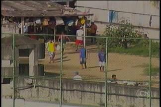 Presos escapam de presídio no Recife por buraco cavado sob muro - É a terceira 3ª fuga em menos de dez dias. Um dos três presos já foi recapturado.