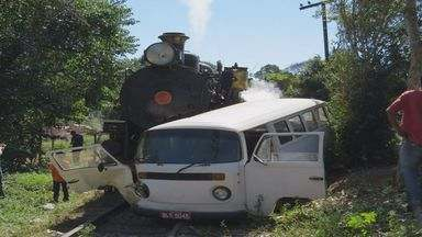 Trem Maria Fumaça bate em kombi em Passa Quatro (MG) - Trem Maria Fumaça bate em kombi em Passa Quatro (MG)