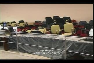 Prosseguem as obras no plenário da Câmara de Ituiutaba - Reforma foi iniciada em maio e tinha previsão para terminar em julho. Previsão é de que a obra seja entregue até o início do próximo mês.
