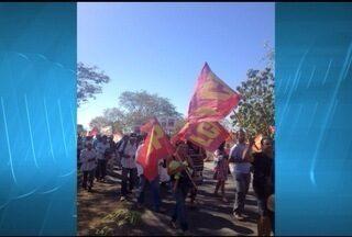 Produtores rurais fazem protesto em Jaíba - Produtores pedem suspensão de taxas.