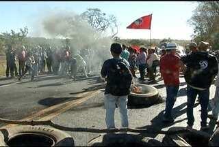Integrantes do MST fecham BR-135 em Bocaiuva - MST quer posse de terras