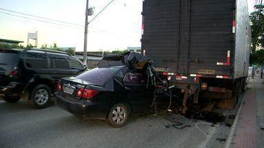 Motorista se fere ao bater na traseira de caminhão parado no ES - Polícia disse que caminhoneiro errou ao parar no meio da rodovia ES-010.Motorista machucou a cabeça e foi socorrido pelo Samu.