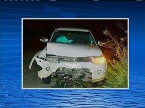 Homem morre em acidente após colidir carro com caminhonete, em Santa Cruz do Capibaribe - Veículo estacionado na contramão com alertas ligados teria motivado o acidente, de acordo com a polícia.