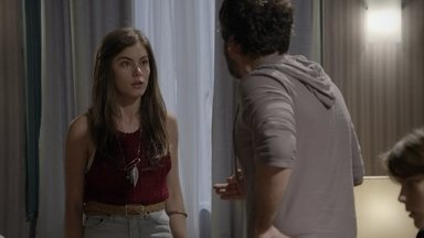 Bianca tenta convencer Gael da inocência de Duca - Gael não aceita conversar e diz que não perdoa a traição do lutador
