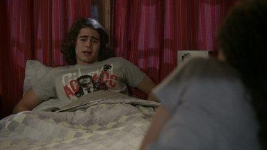 Pedro tem pesadelo com Gael e Karina - O rapaz conta a Tomtom que sonhou que a namorada e o sogro eram vampiros