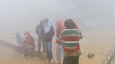 Bombeiros tentam apagar incêndio em lixão de Lambari (MG) - Bombeiros tentam apagar incêndio em lixão de Lambari (MG)