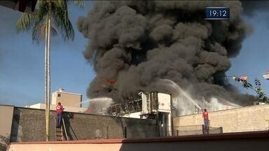 Fábrica de torneiras e conexões é atingida por incêndio em Blumenau - Fábrica de torneiras e conexões é atingida por incêndio em Blumenau