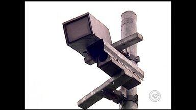 Doze radares instalados ao longo da BR-153 estão em operação no trecho de Rio Preto - Motoristas que passam pelo trecho urbano da BR-153 em Rio Preto (SP) devem dobrar a atenção. Doze radares instalados ao longo da estrada estão em operação desde a meia noite desta segunda-feira (3).