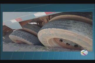 Caminhão do recolhimento de entulho afunda em rua de Uberlândia - Asfalto de via na região central afundou nesta segunda-feira (3). Secretaria de Obras garantiu restabelecer situação do asfalto.