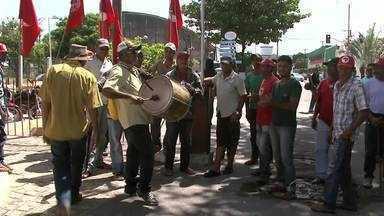 Sem-terra bloqueiam entrada do Porto de Maceió no Jaraguá - Trabalhadores cobram do Governo Federal mais recursos para a reforma agrária. Muitos desses trabalhadores optaram por ficar acampados na praça Sinimbú, no Centro.