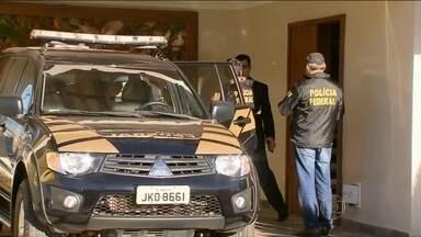 PF prende José Dirceu e mais sete pessoas em nova fase da Lava Jato - Policiais chegaram cedo à casa do ex-ministro José Dirceu para cumprir o novo mandado de prisão. Condenado no mensalão do PT, ele já estava em prisão domiciliar.