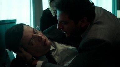 Edgard acaba ferindo Robério - Noivo de Lyris tenta atacar Alex