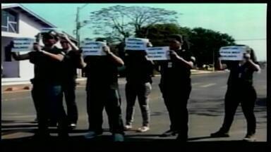 Agentes penitenciários realizam manifestação em São Borja, RS - Servidores protestam contra parcelamento de salários.