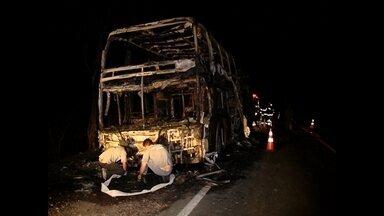 Ônibus pega fogo e fica destruído em Santa Maria - Ninguém ficou ferido.