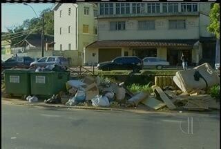 Moradores de Petrópolis, RJ, fazem movimento para retirada de lixeiras das calçadas - Movimento acontece no bairro Bigen.
