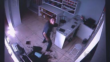 Câmera de segurança registra furto a loja de roupas em Ribeirão Preto - Ladrões quebram vitrine e fogem do local um minuto depois sem levar nada.