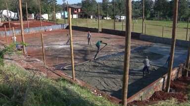 Quadras esportivas começam a ser reformadas em Foz - O Paraná TV já mostrou muitas vezes a situação precária dessas quadras de esporte.
