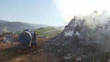 Bombeiros controlam incêndio em lixão de Lambari (MG) - Bombeiros controlam incêndio em lixão de Lambari (MG)