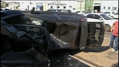 Motoristas que sofreram grave acidente em Assis na tarde de 2ª feira seguem internados - Seguem internados os dois motoristas que sofreram um grave acidente em Assis (SP), na tarde de segunda-feira (3). O acidente foi em uma avenida no centro da cidade. Um carro foi atingido por um veículo desgovernado.