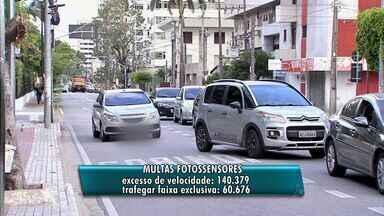 AMC registra, em média, 64 mil multas por mês em Fortaleza - Dirigir sem capacete ainda é uma das multas mais comuns.