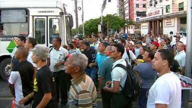 Motoristas de ônibus fazem passeata pelo Centro do Recife - Manifestação foi para protestar contra a decisão da Justiça do Trabalho que reduziu o reajuste salarial deles.
