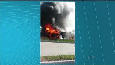 Acidente entre dois caminhões deixa o trânsito congestionado na BR-277, no litoral - Os caminhões bateram de frente e pegaram fogo.
