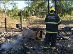 Casa de palha é destruída por fogo em povoado próximo a Araguaína - Casa de palha é destruída por fogo em povoado próximo a Araguaína